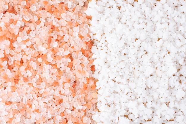 Himalaya roze zoutkristallen met grof zeezout of wit zout, scrub epsom spa-therapie, gezond ingrediënt koken.
