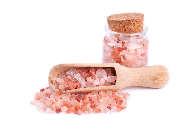 Himalayan roze zout in glazen pot geïsoleerd op een witte achtergrond