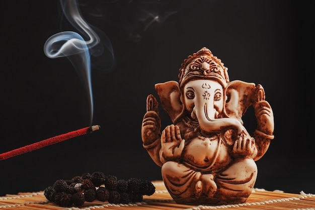 Hindoe-god ganesh op zwart