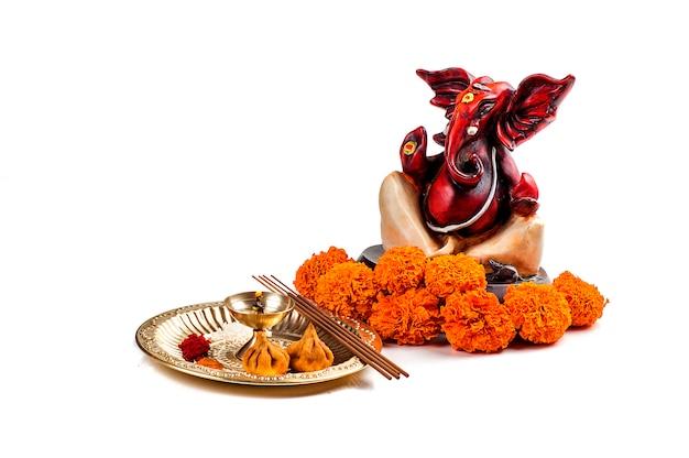 Hindoe-god ganesha. standbeeld van lord ganesha. aanbidding (pooja) arrangement.