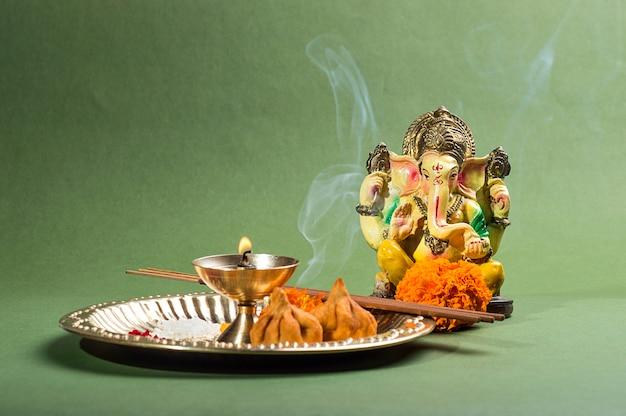 Hindoe-god ganesha. standbeeld van lord ganesha. pooja (aanbidding) arrangement.