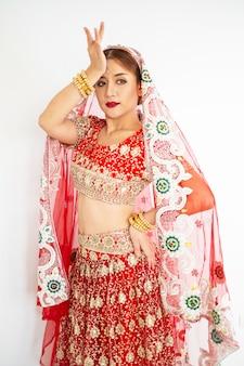 Hindoe vrouw model mehndi en kundan sieraden traditionele indiase klederdracht