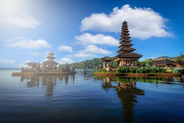 Hindoese tempel met boot in bratan-meerlandschap