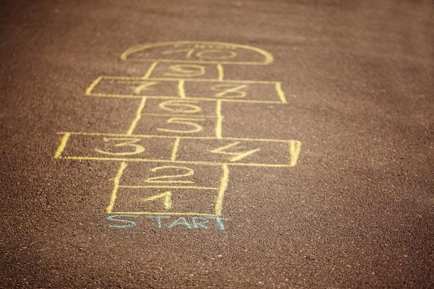 Hinkelspelsspel dat met een krijt op het asfalt wordt getrokken. populair straatspel