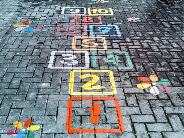 Hinkelspelsspel op de grond geschilderd