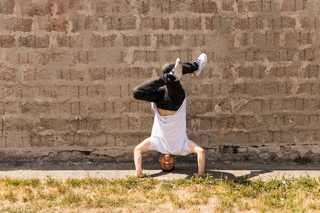 Hip hop acrobatische pauze danser dansen tegen de muur
