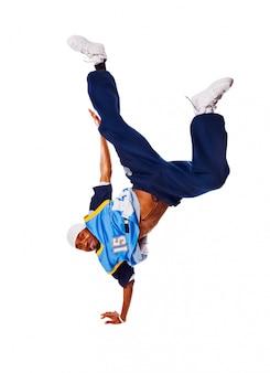 Hip-hop jonge man die koele verhuizing op witte achtergrond maakt