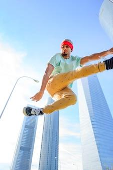 Hiphopdanser die hoog springt