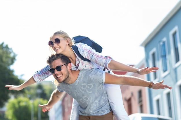 Hippe man geeft piggy terug aan zijn vriendin op straat