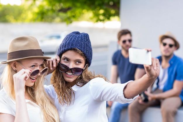 Hippe vrienden die selfies nemen op straat