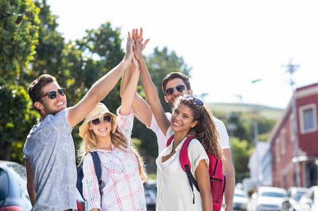 Hippe vrienden doen high-five in de stad