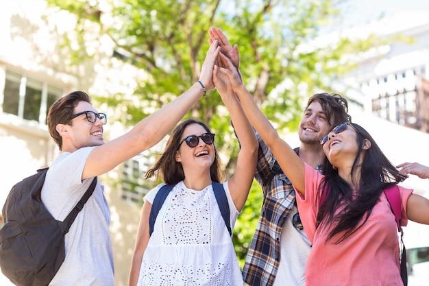 Hippe vrienden doen high five in de straten