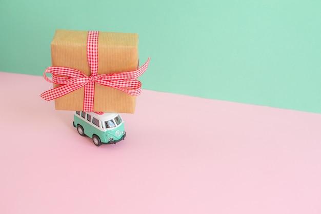 Hippie busje met nieuwjaar kerstcadeau op het dak miniatuur kleine auto