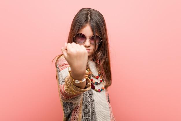 Hippie meisje met vuist, agressieve gelaatsuitdrukking.