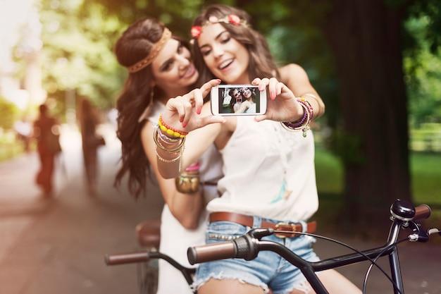 Hippiemeisjes die selfie in park nemen