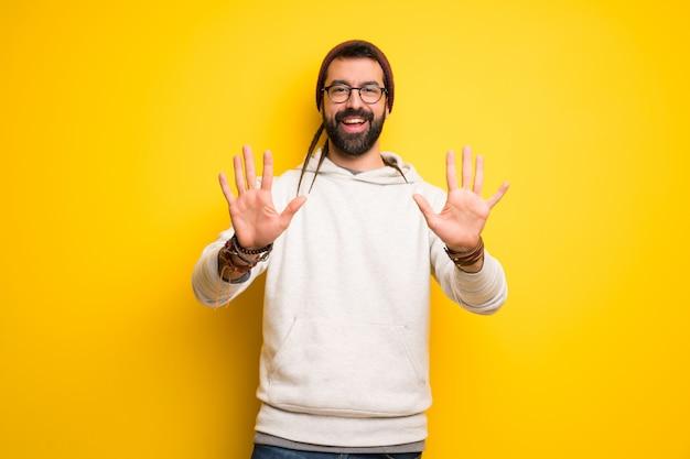Hippiemens met dreadlocks die tien met vingers tellen