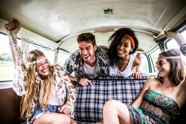 Hippievrienden die pret hebben