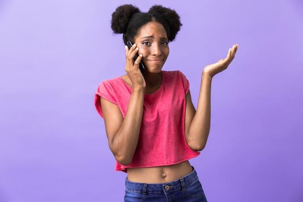 Hipster afrikaans amerikaans meisje glimlachend en praten op mobiele telefoon, geïsoleerd