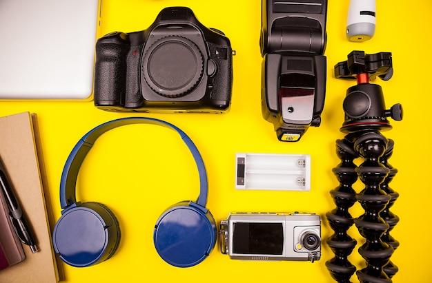 Hipster fotograaf reisset op gele achtergrond. flatlay bovenaanzicht