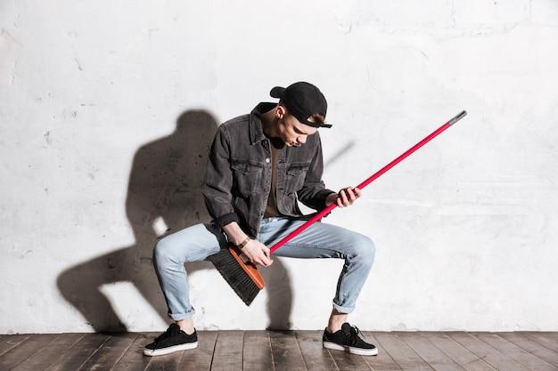 Hipster in snapback spelen op dweil