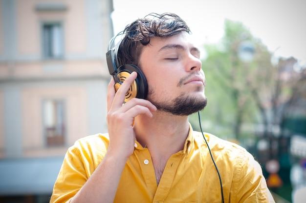 Hipster jonge man luisteren naar muziek