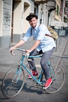 Hipster jonge man op de fiets