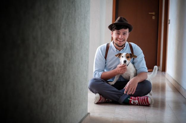 Hipster jonge man poseren met jack russell hond