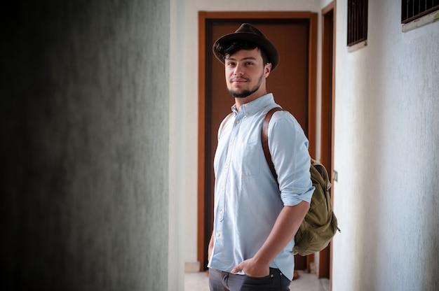 Hipster jonge man poseren