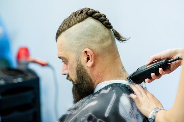 Hipster klant kapper bezoeken. herenmode. bebaarde man na kapper. man hipster