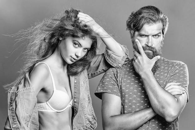 Hipster man en vrouw op grijze achtergrond.