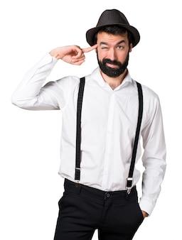 Hipster man met baard maakt gek gebaar