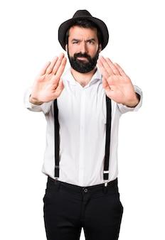 Hipster man met baard maken stopteken