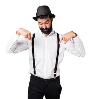 Hipster man met baard naar beneden wijzen