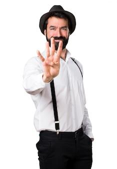 Hipster man met baard tellen vier