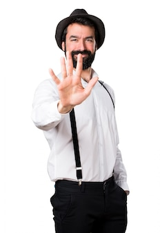 Hipster man met baard tellen vijf