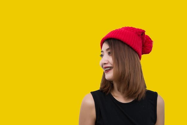 Hipster meisje op gele achtergrond