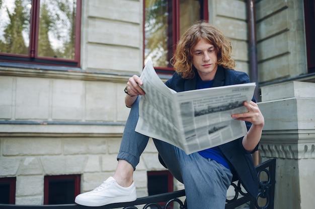 Hipster met krant