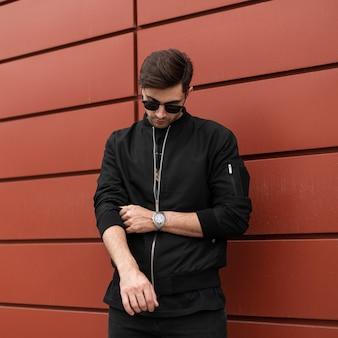 Hipster mode man in stijlvolle kleding met zonnebril
