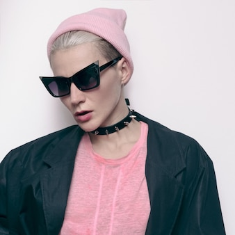 Hipster model tomboy stijlvolle urban swag. herfst outfit. choker. muts. stijlvolle zonnebril. vintage jasje