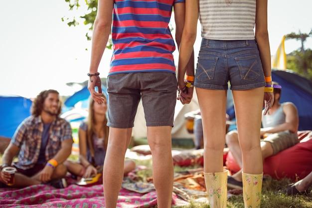 Hipster paar hand in hand op de camping