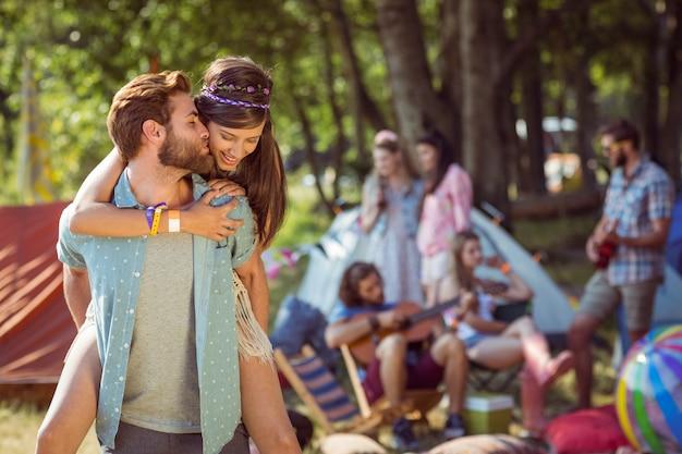 Hipster paar plezier op de camping