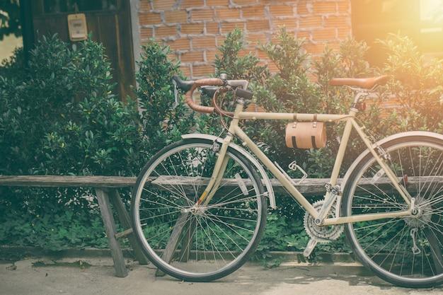 Hipster racefiets lederen stoel oude stijl vintage kleurtint parkeren