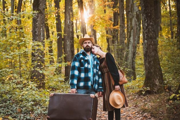 Hipster reizende liefdevolle paar in herfst herfst bos met zonneschijn licht