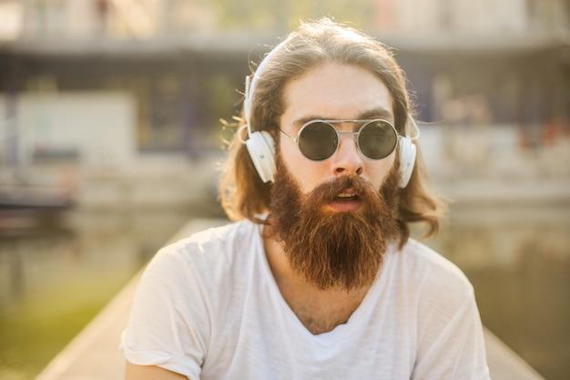Hipster stijl man luisteren naar muziek