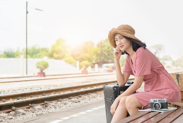 Hipster tienerreiziger met vintage bagage