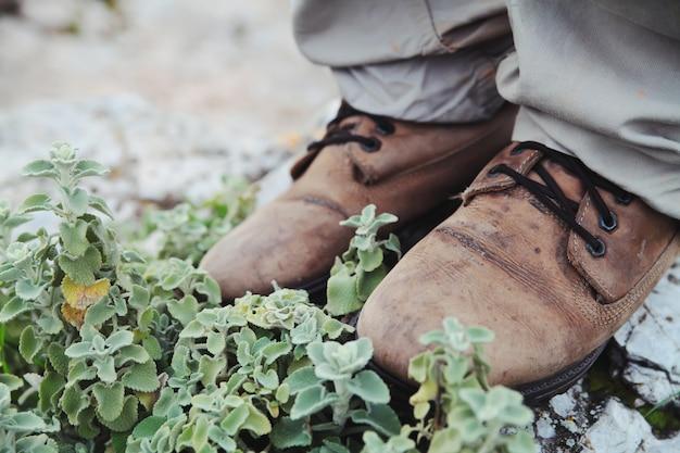 Hipster wandelschoenen op een rots op een berg. volgen op de natuur.