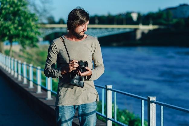 Hipsterfotograaf met retro film fotocamera