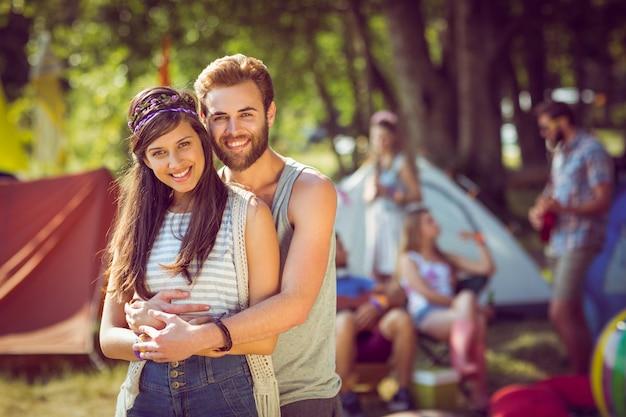 Hipsterpaar die bij camera glimlachen