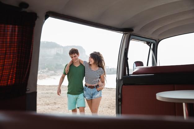 Hipsterpaar het ontspannen op haar reis van de de zomerweg