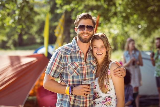 Hipstervrienden chatten op de camping
